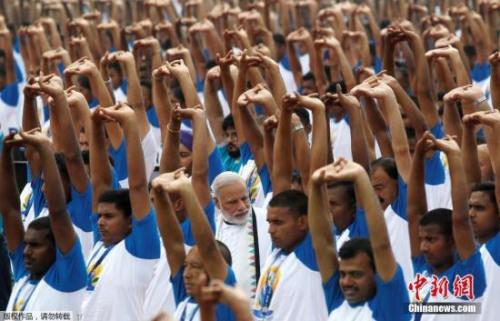 材料图:印度大众操练瑜伽