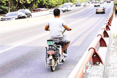 记者昨走访二环多个高架桥,都发现电动车闯禁行