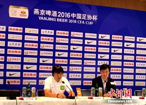 赛后,北京国安教练组组长谢峰直言,球队不该输球。记者王牧青摄。