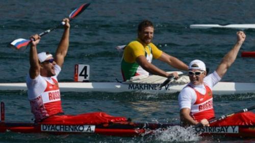 被禁止参加里约奥运的俄罗斯运动员亚历山大·季亚琴科(前左)曾在2012年伦敦奥运获得200米男子双人划金牌。