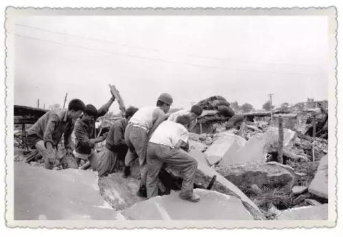 1976年7月28日大地震发生后,人们在清理废墟。(新华社记者官天一摄)
