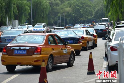7月28日下午3时,《关于深化改革推进出租汽车行业健康发展的指导意见》《网络预约出租汽车经营服务管理暂行办法》对外公布。 资料图。 中新网记者 金硕 摄