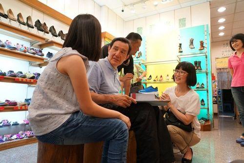 马英九到鞋店挑鞋子。台湾《联合报》记者陈妍霖/摄影