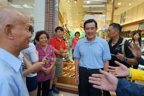 大众在鞋店外等着与马英九照相。台湾《结合报》记者陈妍霖/拍照