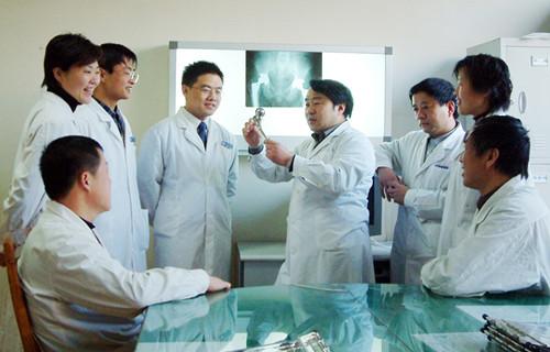 学术会期间带领省青年医师探讨研究
