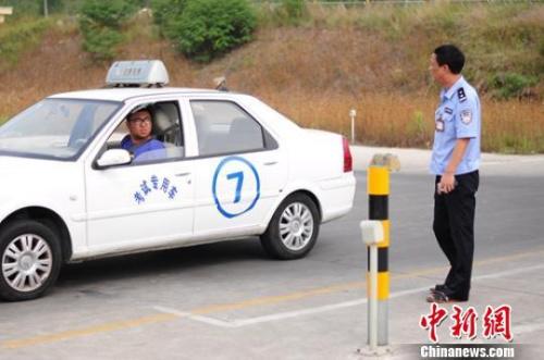 """旅游、学车、补习班_""""学生军""""带热暑期经济_大香蕉新闻乐点彩票大发不时彩"""