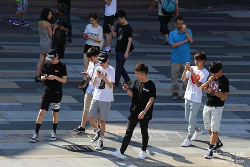 图三 很多年青人不怕炎炎夏季,纷繁走上陌头。(香港《至公报》/何嘉骏 摄)