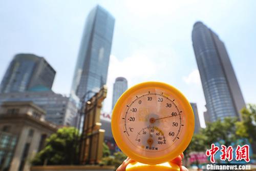 7月26日中午12点39分,南京街头高温逼人,用温度计测量的实时温度超过40摄氏度。 记者 泱波 摄