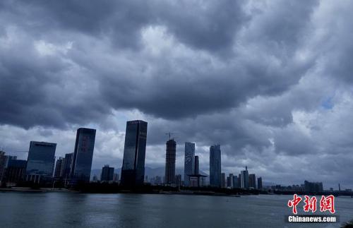 """8月1日,受台风""""妮妲""""外围影响,福州上空乌云密布。张斌 摄"""