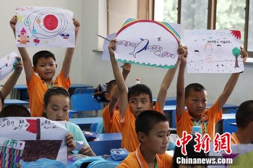 参加梦想课堂的孩子高举自己的梦想