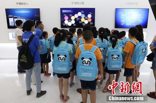 参加梦想课堂的孩子参观三星半导体