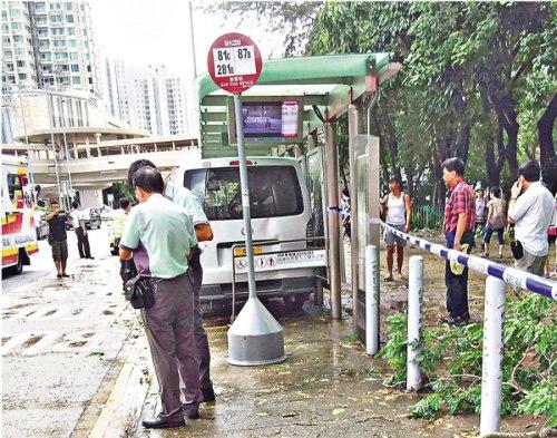 警员事后封闭巴士站进行调查。