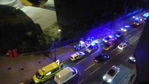 网友在交际网站上公布的图像显现,伦敦警方的警车正外行驶。