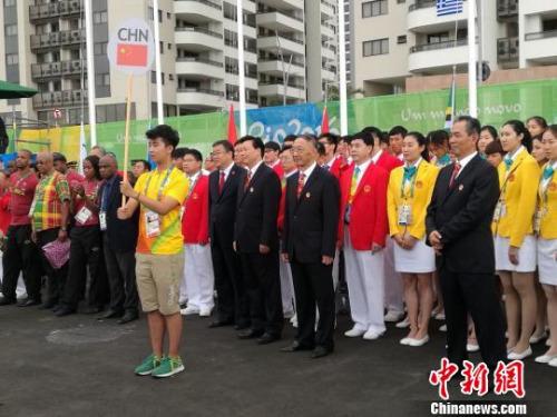 本地时刻8月3日上午,邵伟民赴奥运村加入了国家体育代表团升旗典礼。 锡公轩 摄