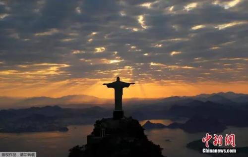 当地时间8月2日,巴西里约热内卢耶稣山在晨曦的照耀下尽显拉美风情。