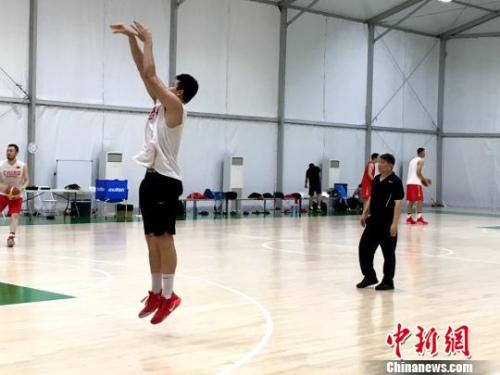 宫鲁鸣指导中国球员训练。 王牧青 摄
