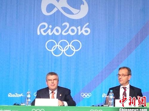 国际奥委会主席巴赫列席公布会(左侧)。