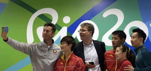 国际乒总会长维克特(左三)在记者会后,与球员萨姆索诺夫(左起)、打发、张继科、福原爱和古斯塔沃玩起自拍。(法新社)