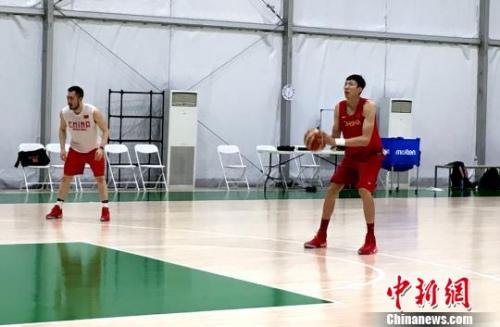国家男篮锻炼中,周琦形态不错。 王牧青 摄