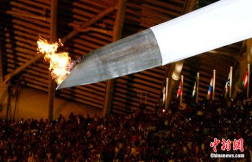 资料图:2004年雅典奥运会,熊熊燃烧的主火炬台慢慢立起。