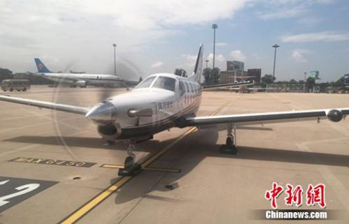 """""""追风博士""""张博驾驶单引擎涡轮螺旋桨飞机TBM700轻型飞机,从北京首都国际机场起飞。"""