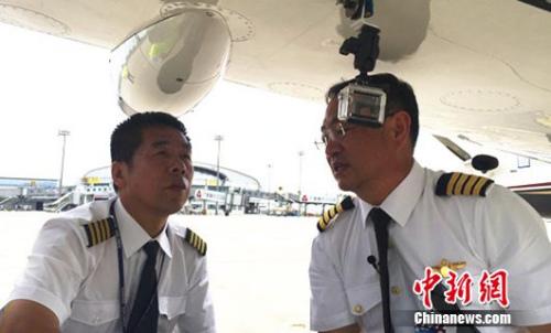 启航前,张博(右)和导航员康建生(左)正在检查设备。