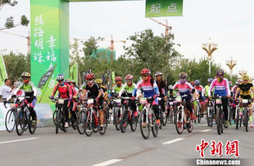 25分钟后,女子组进入第二赛道比拼。 史玉江 摄