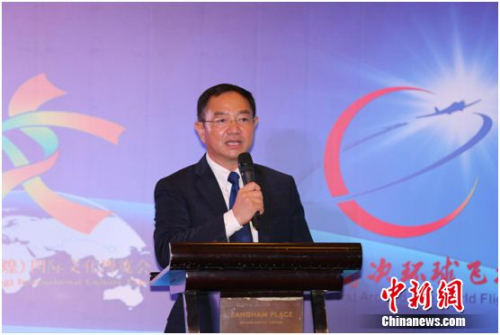 """8月6日,张博在""""中国首次环球飞行""""出发仪式上致辞。"""