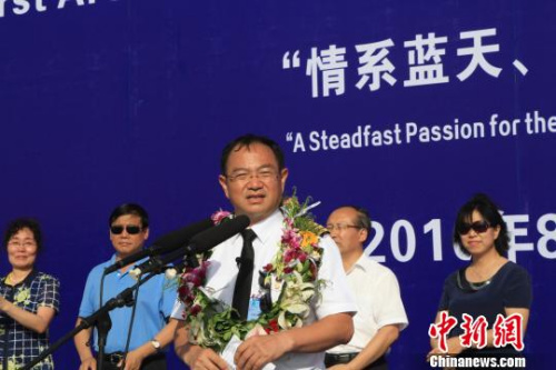 """张博介绍""""中国首次环球飞行""""相关情况 沈殿成 摄"""