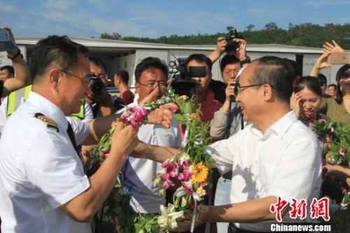 法库县委书记陈佳标(右)为张博佩戴花环 沈殿成 摄