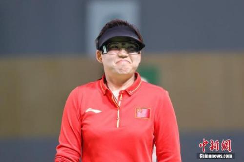 当地时间8月7日,里约奥运女子10米气手枪决赛,中国选手张梦雪以199.4环的成绩为中国夺得本届奥运会的首块金牌。 记者 盛佳鹏 摄