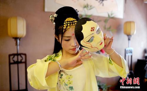 """资料图:重庆青年""""七夕""""当晚,穿汉服,展才艺,用自己的方式庆祝传统节日。刘渝 摄"""