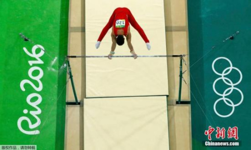 本地时刻8月6日,卫冕冠军国家女子体操队在里约奥运会资历赛以总成果270.461分,排名第一挺进集团决赛。国家队还在小我全能、吊环、双杠名目有选手入围决赛。此中,邓书弟和林超攀辨别以89.665分和88.631分位列小我全能的第4和第10。图为林超攀在竞赛中。