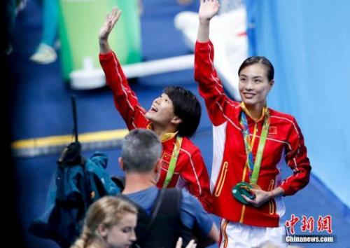图为吴敏霞(右)和施廷懋。中新网记者 杜洋 摄