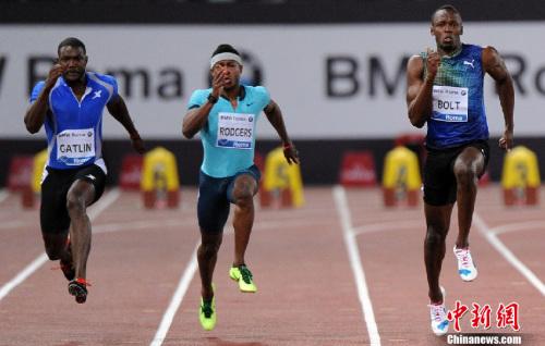 材料图:2013年国际田联钻石联赛罗马站100米竞赛中,加特林9秒94取得冠军,而博尔特以9秒95取得亚军。在8月份停止的莫斯科田径世锦赛中,加特林将对博尔特造成很大的威逼。图像来历:Osports部分育图像社