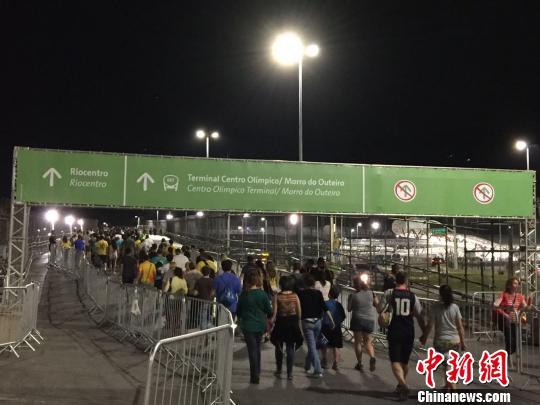 奥林匹克公园外,散场的人群。 记者 卢岩 摄
