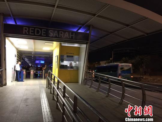 大使街上的倏地公交站。 记者 卢岩 摄