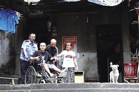 昨天,民警龚小兵推着胡蔚峰到室外透气。本组图像由通信员 马良记者 张路桥 摄