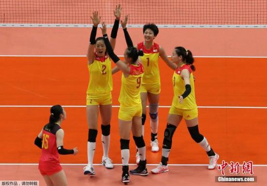 本地时刻8月10日上午,国家女排以大比分3-0打败波多黎各队,拿下小组赛第三轮成功,今朝战绩2胜1负。图为国家女列队员庆贺成功。