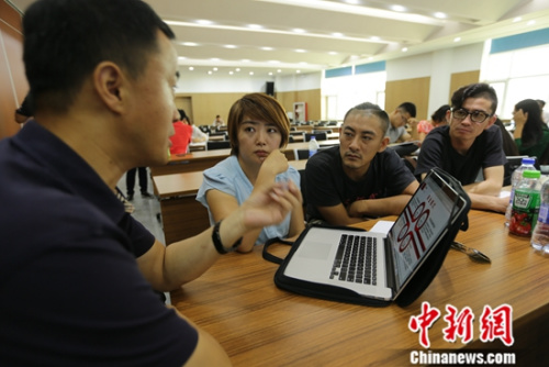 工作人员正在进行一对一创业培训