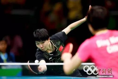 里约奥运会乒乓球女单决赛打发决斗李晓霞。中新网记者 杜洋 摄