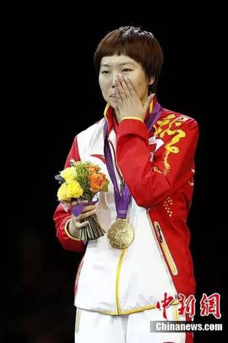 在伦敦奥运会乒乓球男子单打决赛中,国家选手李晓霞打败队友打发,夺得金牌。记者盛佳鹏摄