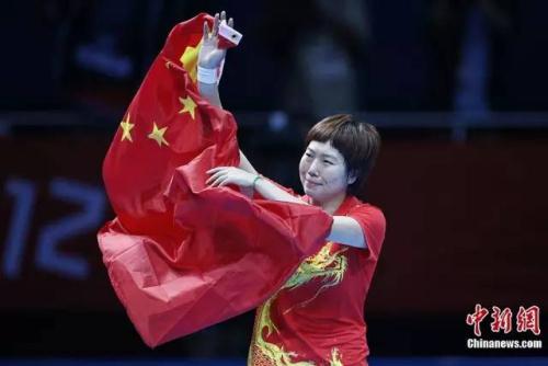 本地时刻2012年8月1日,在伦敦奥运会乒乓球男子单打决赛中,国家选手李晓霞打败队友打发,夺得金牌。记者盛佳鹏摄