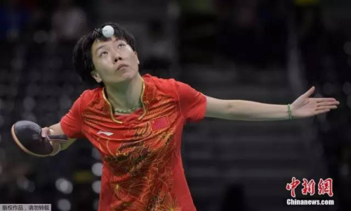 本地时刻8月10日,里约奥运乒乓球男子单打1/4决赛,李晓霞4-0轻松打败日本选手福原爱,进入女单决赛。图为李晓霞在竞赛中。