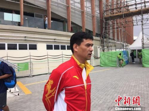 国家花剑队主锻练叶冲承受媒体采访,风度不减昔时。 记者 卢岩 摄