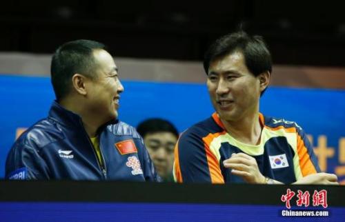第53届全球乒乓球锦标赛赛场边,正在领导中韩混双组合的中韩单方锻练刘国梁以及安宰亨(右)轻松攀谈。 中新社发 刘关关 摄