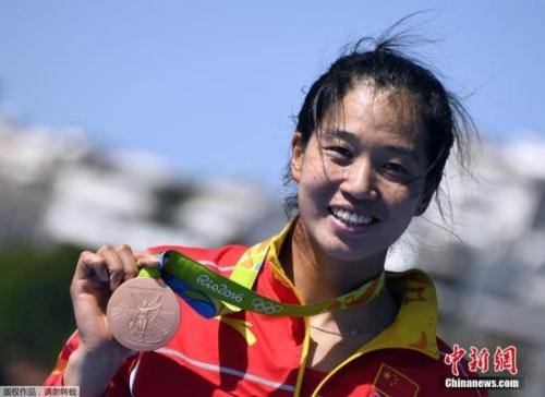 段静莉展示铜牌。