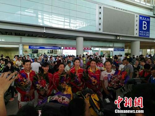 14日,在里约奥运会摘得女子重剑团体赛银牌的中国女子重剑队抵达北京。吕春荣 摄