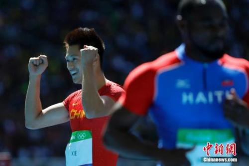 当地时间8月13日,里约奥运男子100米预赛,中国选手谢震业10秒08,排名小组第一晋级半决赛。中国选手苏炳添在第四组跑出10秒17,排名小组第三晋级半决赛。 记者 盛佳鹏 摄