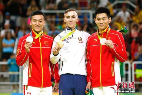 里约奥运会男子蹦床决赛中,中国选手董栋以60.535分摘得银牌。另一位中国选手高磊以60.175分摘得铜牌。记者 富田 摄